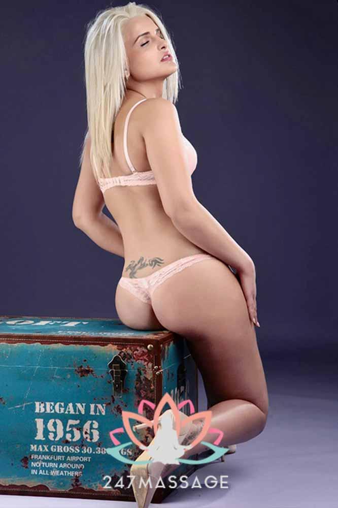 Mooi jonge massage escort poseren voor een foto in sexy ondergoed